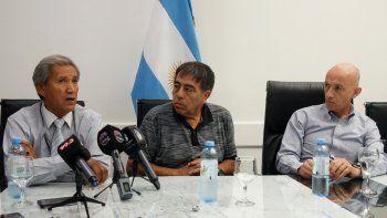 El supervisor de Tránsito, Héctor Ramos y el secretario de Servicios, Rubén Contreras, fueron algunos de los funcionarios del municipio caletense que acompañaron al intendente Fernando Cotillo en la rueda de prensa.