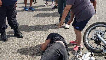 El motociclista debió ser hospitalizado por las lesiones graves en su cabeza. El hombre quedó tendido en el suelo por más de 20 minutos dijeron los vecinos.