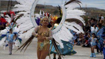 Murgas y comparsas protagonizaron un colorido festejo en la costanera caletense.
