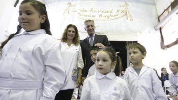 Sin anuncios previos, el gobernador inauguró simbólicamente el ciclo lectivo desde la escuela de Dique Ameghino.