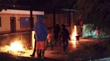La protesta de habitantes de Río Gallegos por la presencia del adolescente involucrado en caso de Puerto Deseado se salió de cauce cuando encendieron fogatas y arrojaron piedras y botellas.