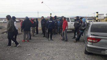 Un grupo de desocupados residente en Perito Moreno continuaba ayer bloqueando la tranquera de acceso al yacimiento que explota la Minera Santa Cruz.