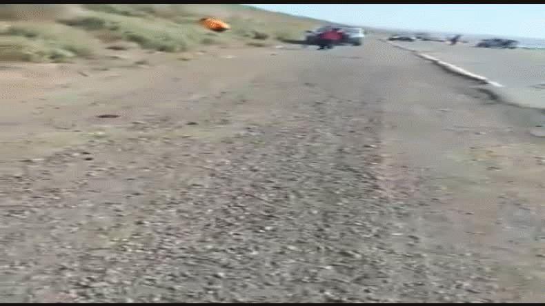 Policías santacruceños tratan de tapar baches en Ruta 3
