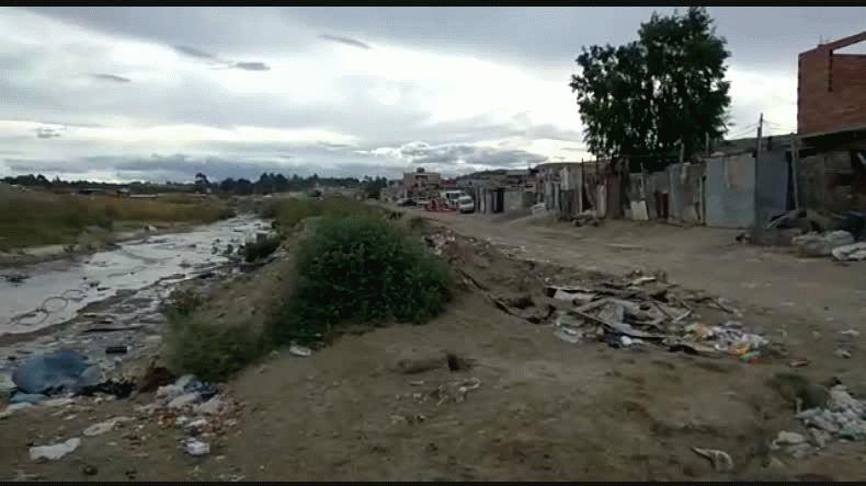 Hace un año que vecinos del Moure viven rodeados  por un río cloacal