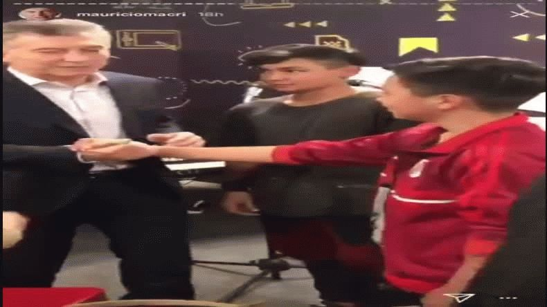 Macri se burló de un nene hincha de River y lo subió a su Instagram