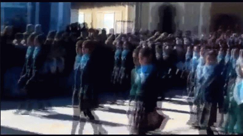 Alumnos de una escuela marcharon como militares con el pañuelo celeste