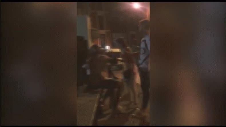 Un futbolista escupió a su novia en plena calle
