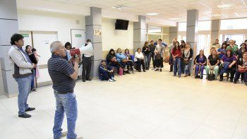 En una acalorada asamblea que se realizó ayer en el Hospital Regional, trabajadores denunciaron recortes en distintas áreas, falta de insumos y malos tratos.