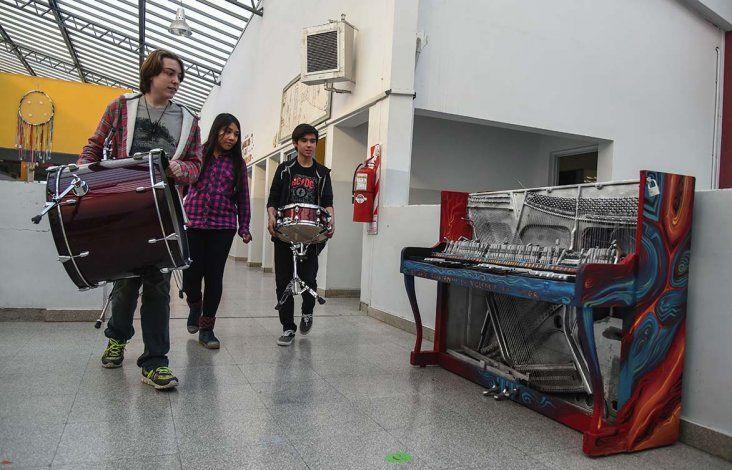 El piano de la Escuela de Arte fue quemado hace cinco años. Un docente lo pintó ya que el instrumento tiene un gran valor sentimental para la institución.