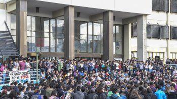 La comunidad universitaria realizó una multitudinaria asamblea para acordar acciones en contra del ajuste que pretende llevar a cabo el Gobierno. nacional.