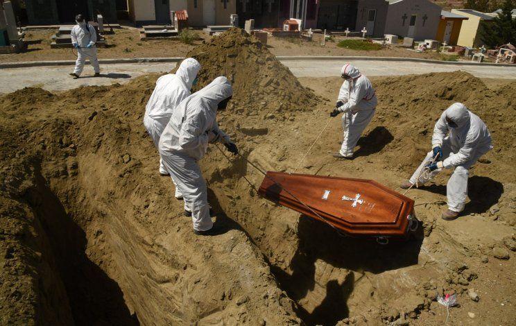 Los cuerpos de personas fallecidas por COVID no pueden quedar en nichos y todos son sepultados en medio de estrictas medidas de bioseguridad. La triste imagen corresponde a una inhumación de esta mañana en Caleta Olivia