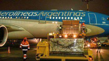 Vuela de regreso el avión que trae las primeras 300 mil dosis
