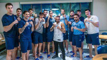 altText(Santi y el equipo, haciendo el clásico gesto de boxeador en guardia.,Selección: la diversión en Las  Vegas, a cargo de Ponzinibbio)
