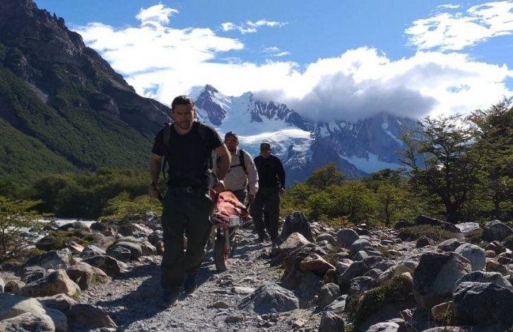Rescatistas de Parque Nacionales y Gendarmería auxiliaron a dos turistas españolas que se lesionaron en un sendero cercano a la base del Cerro Torre.