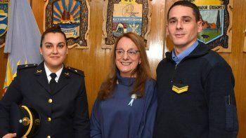 La oficial Crissie Audi y el cabo Fabián Paiani recibieron las felicitaciones de la gobernadora Alicia Kirchner por el procedimiento que permitió salvar la vida de un bebé.