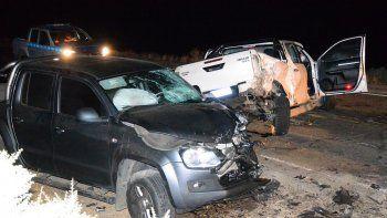 Luego de chocar contra el lateral de un camión de transporte de combustible, la Toyota Hilux de color blanco impactó contra una VW Amarok que circulaba en sentido contrario.