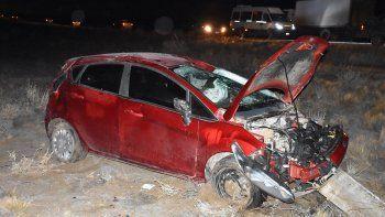 Además de numerosos derrapes de vehículos en la zona urbana y rutas de acceso, como consecuencia de la escarcha volcó un Ford Fiesta en el trayecto de la Ruta 12 que une Caleta con Cañadón Seco.
