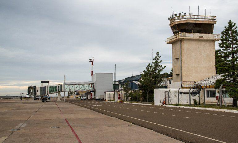 Las obras que requiere el aeropuerto Enrique Mosconi para brindar un servicio acorde al masivo flujo de pasajeros que concentra continúan demorándose.
