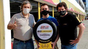 Alejandro Levy, presidente del TopRace junto a Santiago Bussolini hicieron entrega del trofeo de campeón virtualal comodorense Thomás Micheloud.