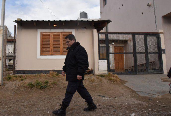 Efectivos de la Seccional Segunda y del Comando Radioeléctrico continuaban ayer recabando datos y testimonios de vecinos en cercanías de la vivienda en la que se cometió el crimen.