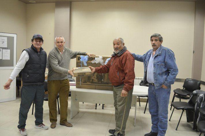 Los integrantes de la comisión directiva del Centro de Jubilados del Sindicato de Petroleros Jerárquicos entregaron los premios del sorteo que se realizó el sábado a través de Lotería Nacional.