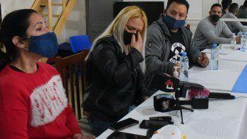 La propietaria de un comercio gastronómico, Betiana Valalla, se quebró emocionalmente durante la rueda de prensa. A la derecha, Hugo Navarro, quien profirió un exabrupto hacia los medios informativos
