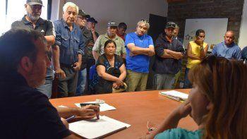 El gerente del distrito Caleta Olivia de SPSE, Juan José Naves, se  vio obligado a recibir en su despacho a vecinos de la zona de chacras y  de otros barrios, indignados por la falta de agua.