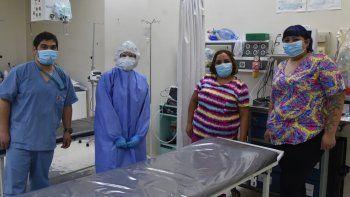 Dos de las enfermeras del Hospital Zonal, Claudia Oyarzo y Sabrina Matías(derecha) dialogaron con El Patagónico, acompañadas por un médico y una bioquímica del servicio de guardia.
