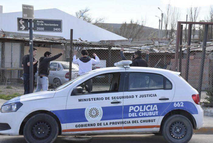 Dos efectivos aguardan refuerzos para poder identificar a tres jóvenes en el barrio San Cayetano. La escasez de policías se registra en todos los barrios. Un turno de nueve uniformados debe cuidar en ocasiones a más de 19 mil habitantes.