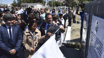 Luis Tagliapietra y María Tolaba, familiares de dos de los submarinistas fallecidos, junto al director de puerto, diputados provinciales y el jefe de Destacamento Naval, procedieron a descubrir las placas recordatorias.