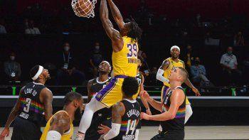 Dwight Howard la entierra en el partido que Los Angeles Lakers le ganó a Denver Nuggets 114-108 y puso la serie 3-1 en la final de la Conferencia Oeste.