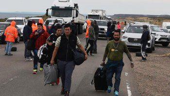 Trabajadores que dijeron ser personal de plataformas petroleras que operan el Estrecho de Magallanes y retornaban a sus provincias de origen, atravesaron el piquete a pie para realizar un trasbordo de colectivo.