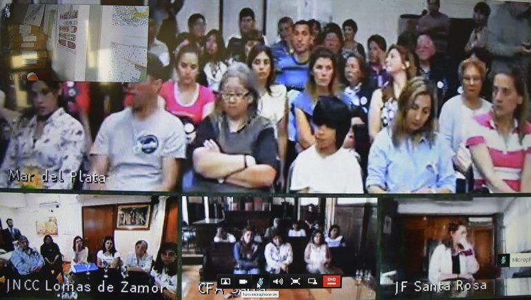 En la pantalla instalada en el Juzgado Federal de Caleta Olivia se observó a familiares de los submarinistas que se encontraban en Mar del Plata