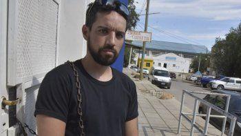 Jairo Gordillo decidió encadenarse ayer en una de las puertas del IDUV, reclamando la restitución de una vivienda que había sido adjudicada a sus padres.
